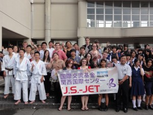 "For two weeks in July, 32 American high school students were selected to participate in the first ""JET-Memorial Invitation Program."" The students participated in an intensive language course in Osaka, exchanges with local high school students, and a home-stay in Tohoku. Photo: The Japan Foundation"